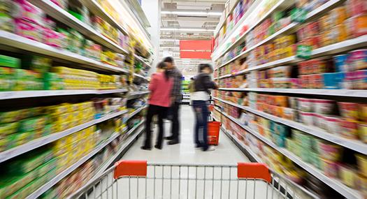 Supermercado desde la perspectiva de un agobiado comprador - los pasillos son borrosas