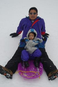 Padre e hija en un trineo