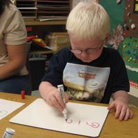 niño preescolar escribe