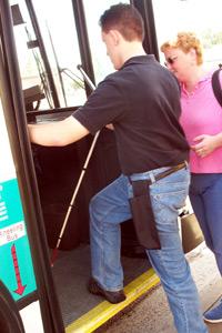 Un joven sube al ómnibus
