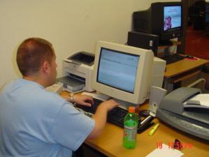 T.J. en su computadora