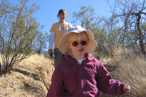 el excursionismo de la madre y la hija por un rastro
