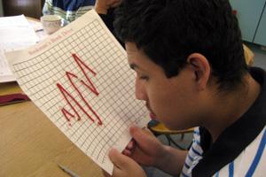 Un estudiante mira el gráfico de línea que hizo
