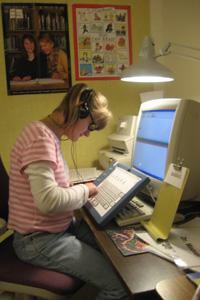 Una joven hace las tareas para la casa con auriculares