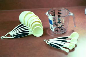 white measuring spoons with black label indicating measurement size