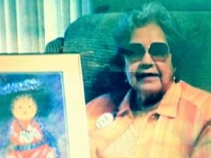 mujer sonriendo y sosteniendo su pintura