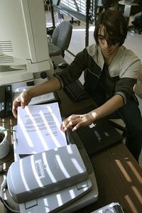 un estudiante usa tecnología de apoyo en la escuela